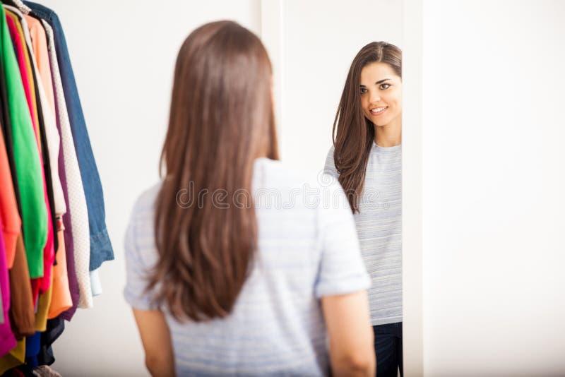 Vrouw die kleren in een kleedkamer proberen royalty-vrije stock fotografie