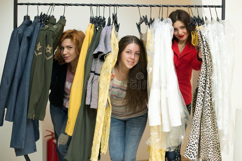 Vrouw die kleren kiezen royalty-vrije stock foto's