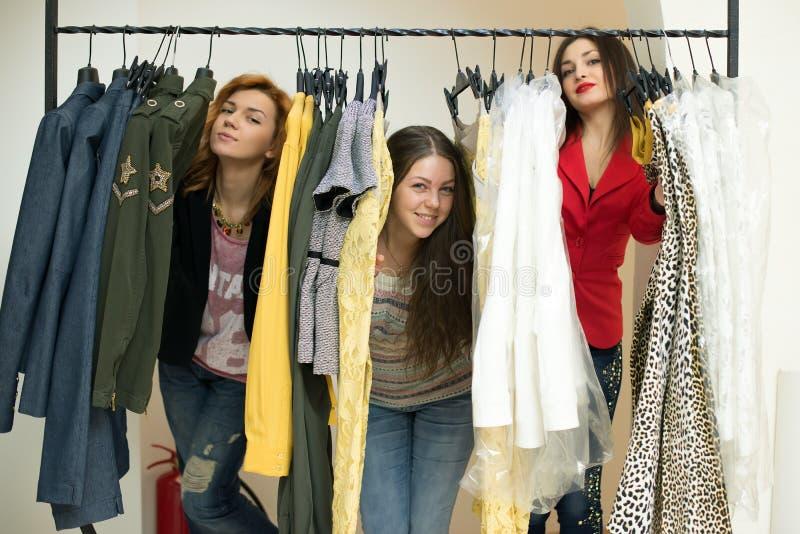 Vrouw die kleren kiezen royalty-vrije stock foto