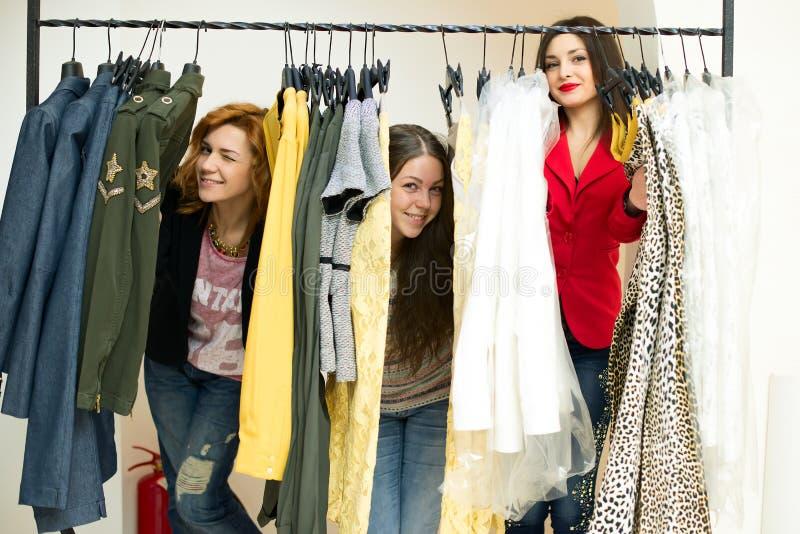 Vrouw die kleren kiezen royalty-vrije stock fotografie