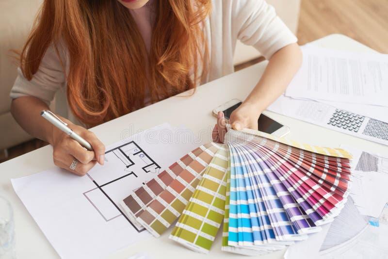 Vrouw die Kleurenpalet voor Nieuw Huis kiezen royalty-vrije stock afbeelding