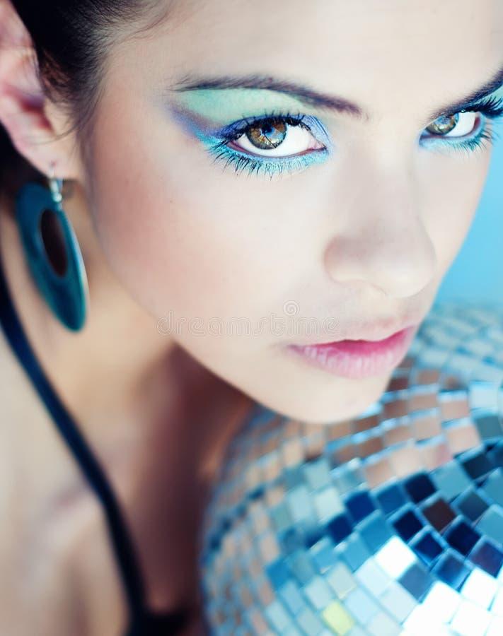 Vrouw die kleurrijke oogmake-up draagt royalty-vrije stock fotografie