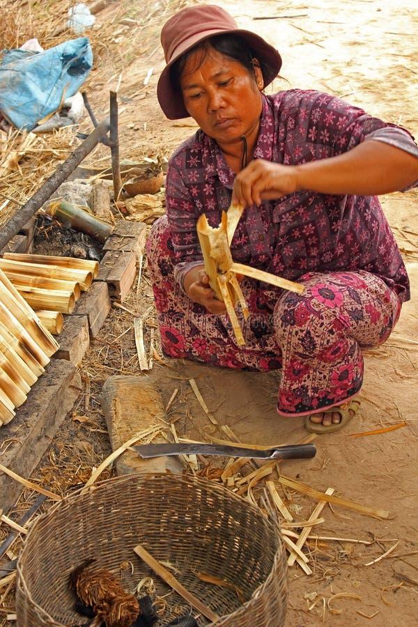 Vrouw die kleverige rijst voorbereidt royalty-vrije stock afbeeldingen