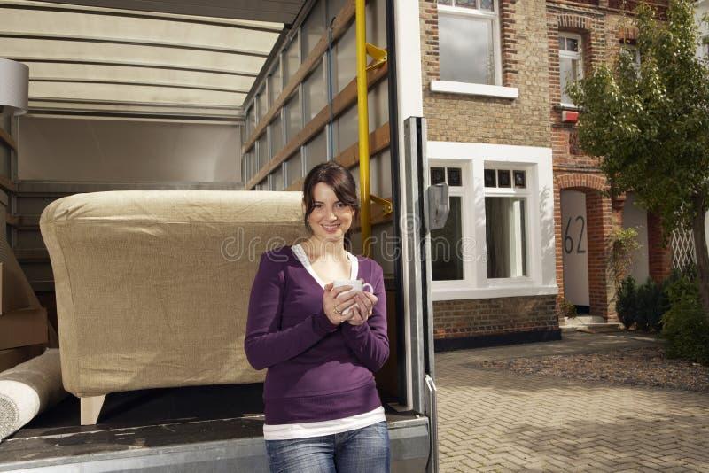Vrouw die Koffie hebben door Vrachtwagen Te bewegen stock fotografie