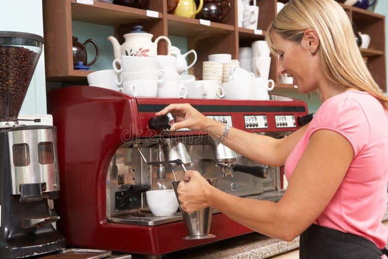 Vrouw die Koffie in Koffie maakt royalty-vrije stock foto's