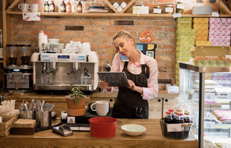 Vrouw die in koffie werken stock afbeeldingen