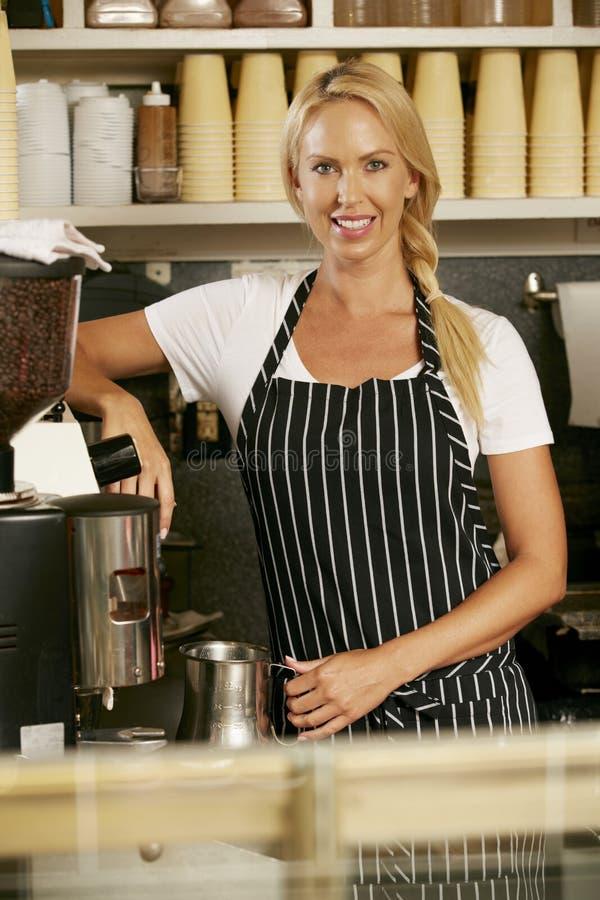 Vrouw die Koffie in Winkel maken stock afbeeldingen