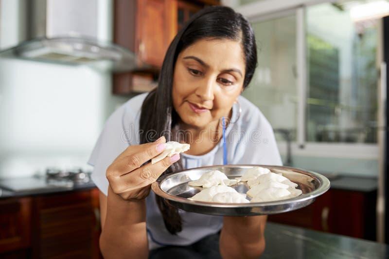 Vrouw die kokend ravioli genieten van royalty-vrije stock afbeeldingen