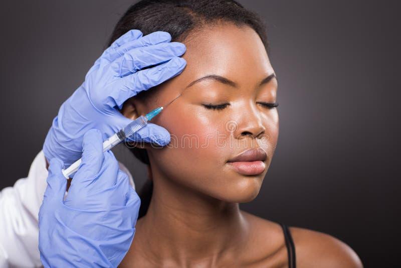 Vrouw die kosmetische injectie ontvangen stock afbeelding