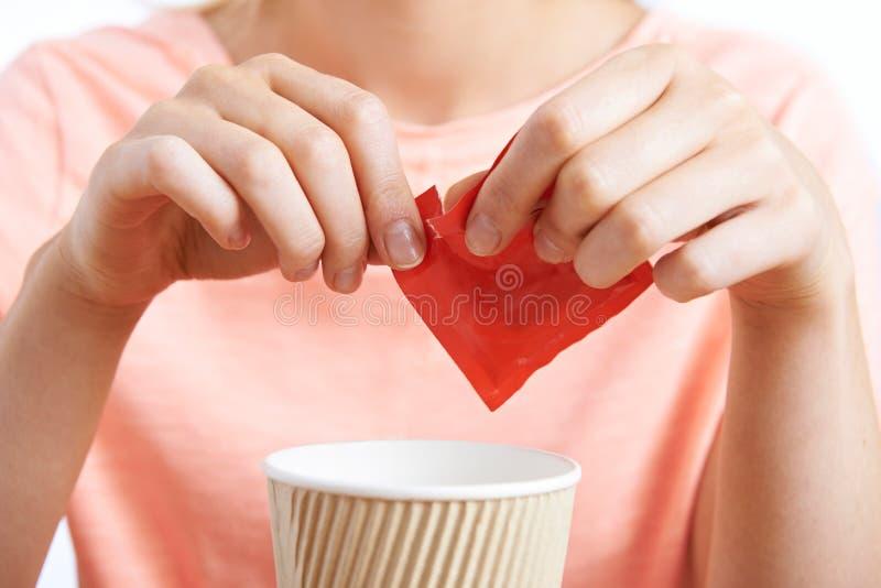 Vrouw die Kunstmatig Zoetmiddel toevoegt aan Koffie royalty-vrije stock foto