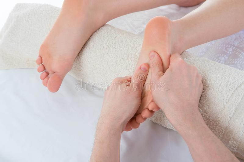 Vrouw die kuuroordmassage op haar voeten hebben bij schoonheidssalon royalty-vrije stock foto