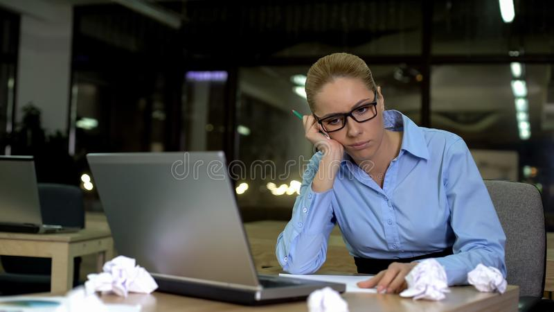 Vrouw die laat in vermoeid bureau, voelen en het niet hebben van ideeën, overwerkenconcept werken royalty-vrije stock afbeelding