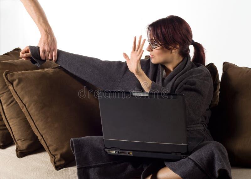 Vrouw die laat werkt aan stock afbeeldingen