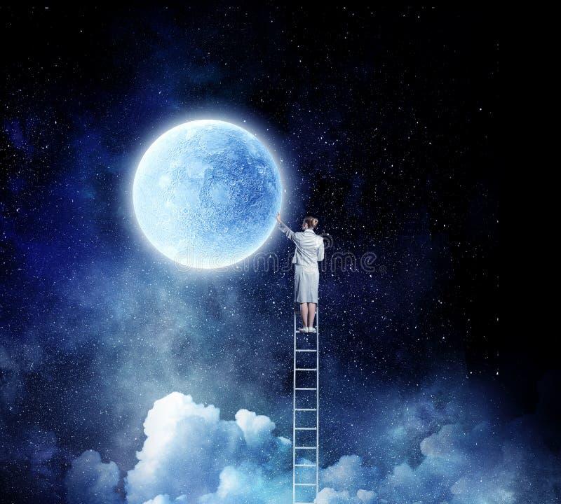 Vrouw die ladder beklimmen stock foto