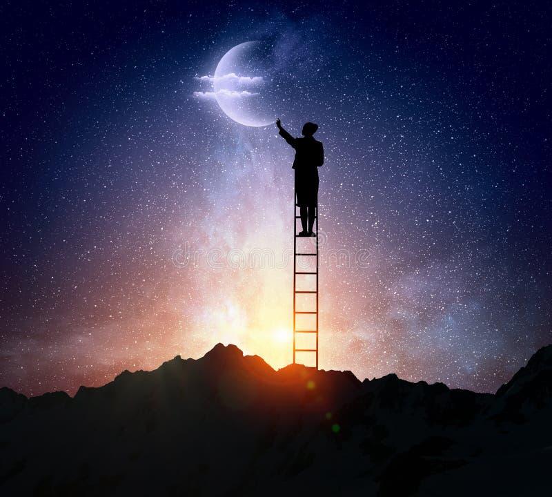 Vrouw die ladder beklimmen royalty-vrije stock afbeeldingen