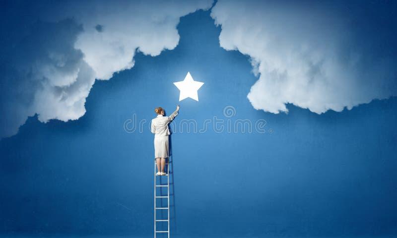 Vrouw die ladder beklimmen Gemengde media royalty-vrije stock afbeeldingen