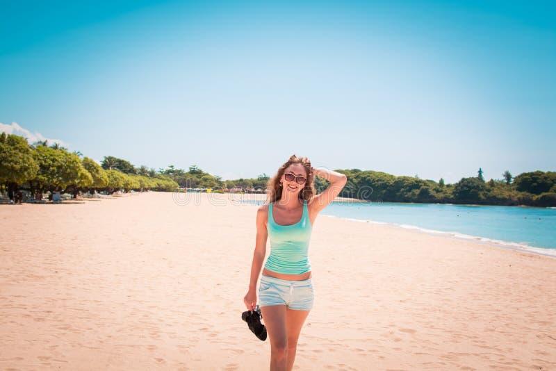 Vrouw die langs het strand lopen stock afbeelding