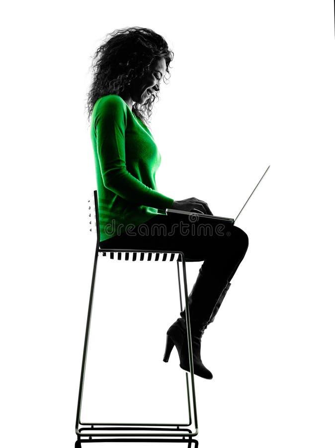 Vrouw die laptop Computerssilhouet gebruiken royalty-vrije stock fotografie