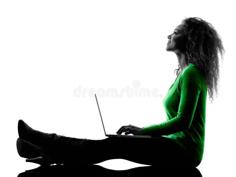 Vrouw die laptop geïsoleerd Computerssilhouet gebruiken royalty-vrije stock afbeeldingen