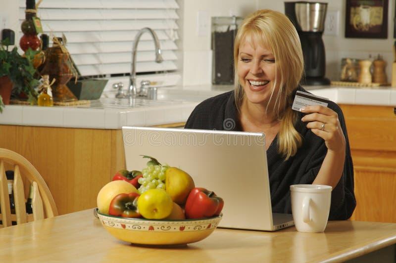 Vrouw die Laptop in Keuken met behulp van royalty-vrije stock foto