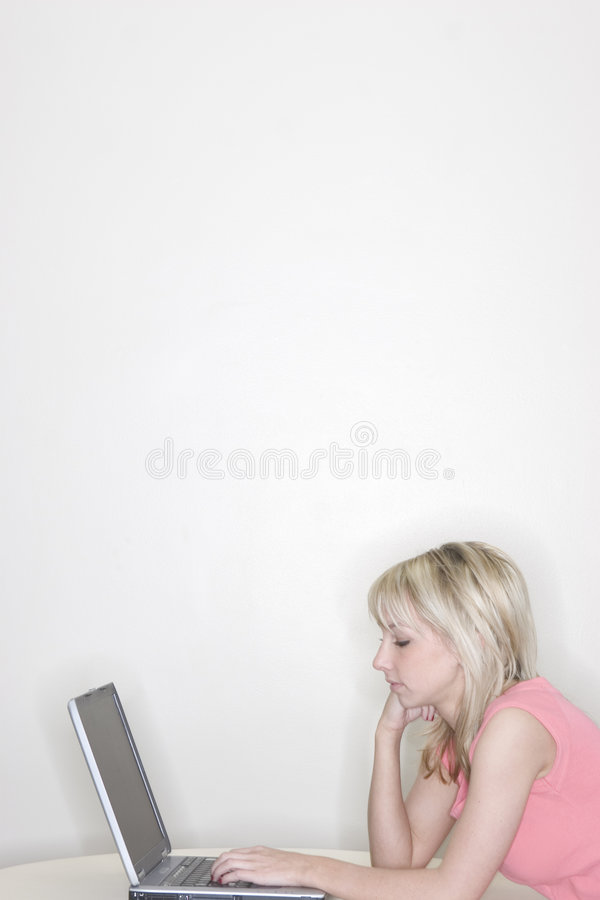 Vrouw die laptop met behulp van royalty-vrije stock foto