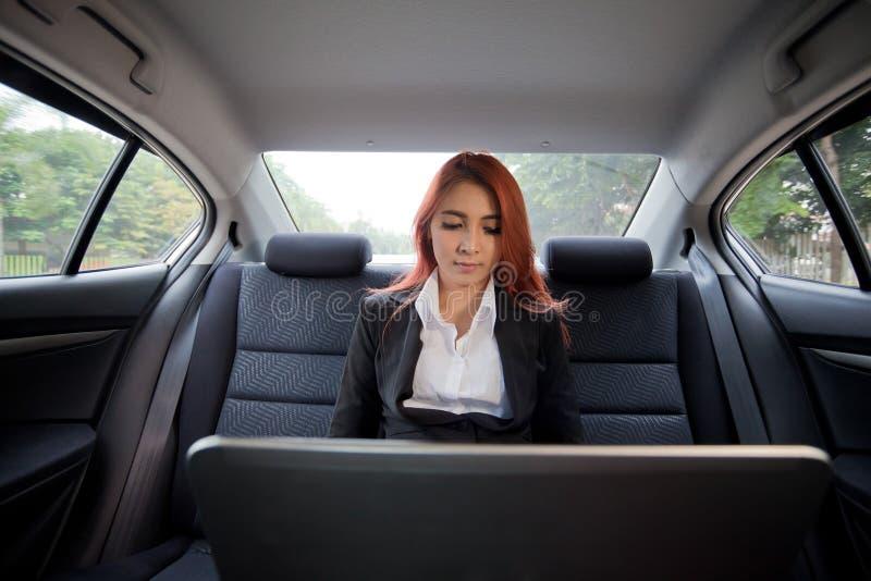 Vrouw die laptop met behulp van stock afbeelding