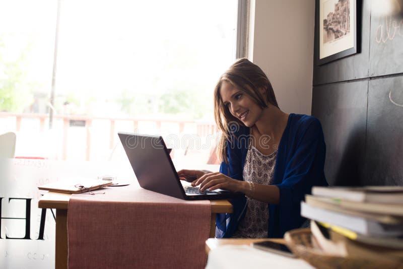 Vrouw die laptop met behulp van stock foto's