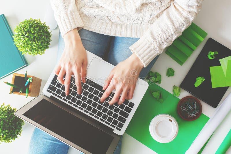 Vrouw die laptop met behulp van royalty-vrije stock foto's
