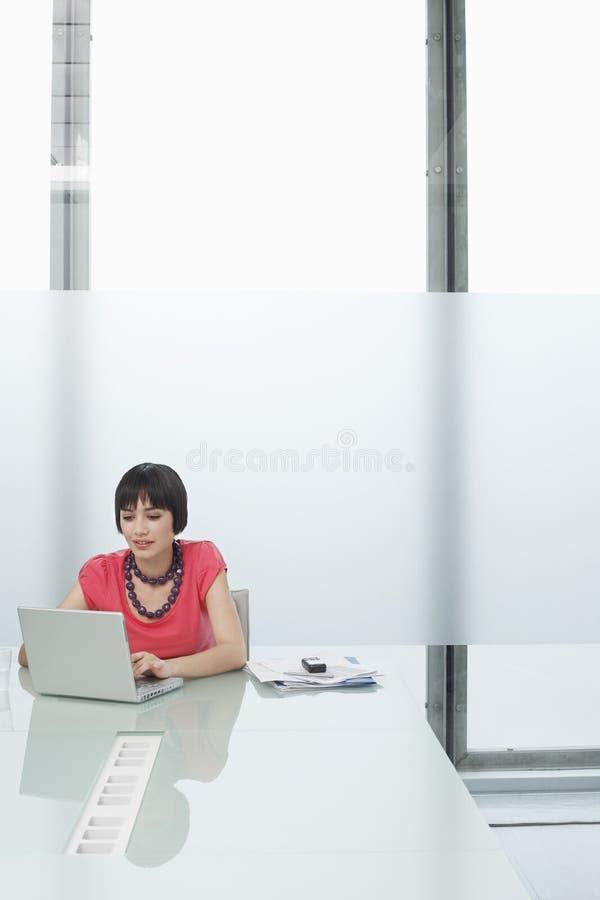 Vrouw die Laptop in Moderne Cel met behulp van royalty-vrije stock afbeeldingen