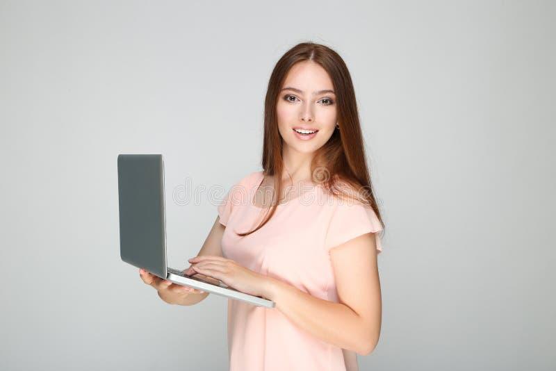 Vrouw die laptopcomputer gebruikt stock fotografie