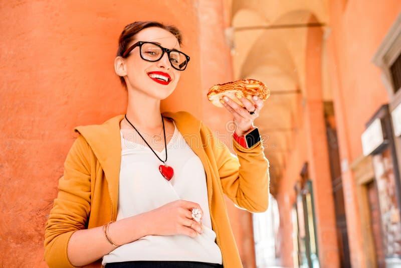 Vrouw die lasagna's in openlucht eten royalty-vrije stock fotografie
