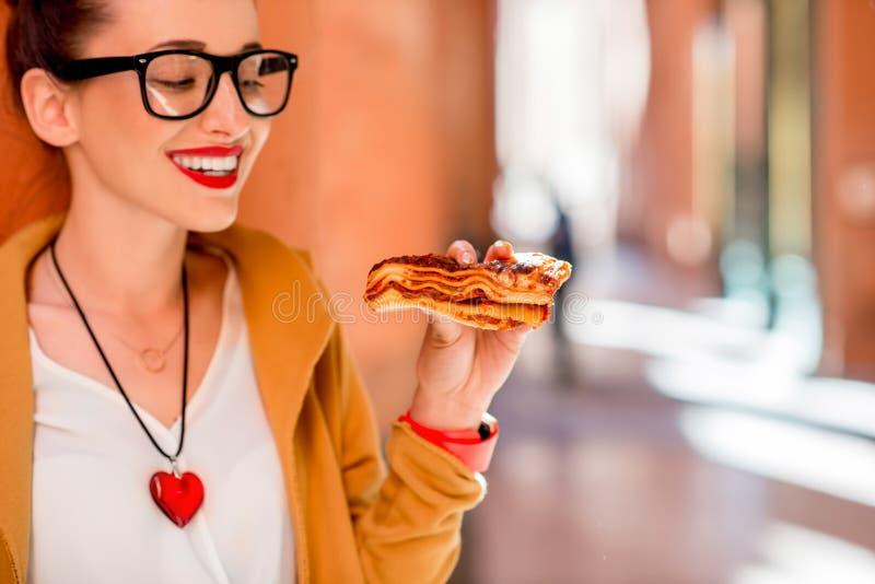 Vrouw die lasagna's in openlucht eten royalty-vrije stock afbeelding