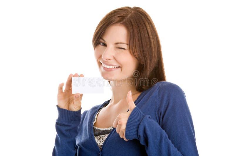 Vrouw die leeg adreskaartje overhandigt stock fotografie