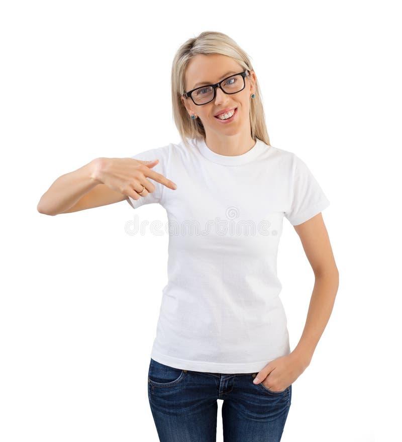 Vrouw die lege witte t-shirt dragen en aan het richten royalty-vrije stock afbeelding