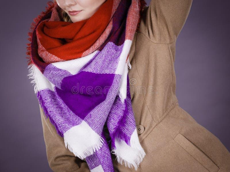 Vrouw die lichtbruine laag en kleurrijke sjaal dragen stock afbeeldingen