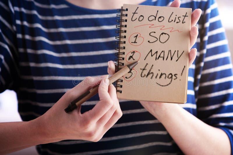 Vrouw die lijst schrijven te doen stock afbeeldingen
