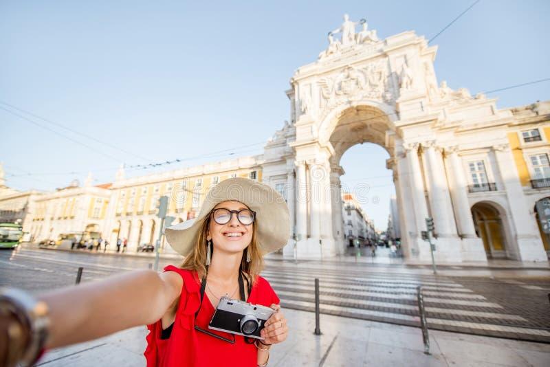 Vrouw die in Lissabon, Portugal reizen stock foto's