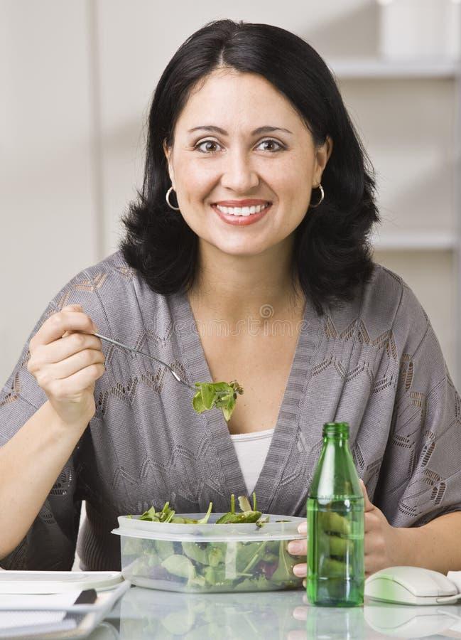 Vrouw die Lunch eet stock afbeeldingen