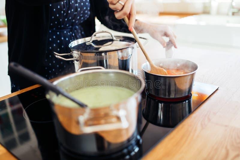 Vrouw die lunch in keuken maken royalty-vrije stock foto's