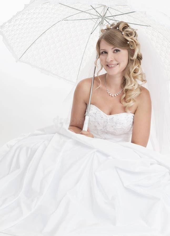 Vrouw die luxueuze huwelijkskleding dragen royalty-vrije stock fotografie