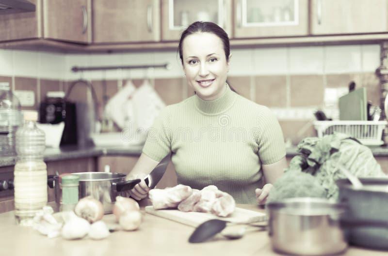 Vrouw die Maaltijd in Keuken voorbereidt royalty-vrije stock foto's