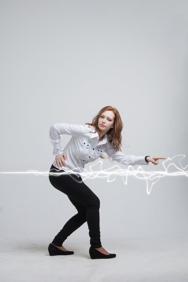 Vrouw die magisch effect maken - flitsbliksem Het concept elektriciteit, hoge energie stock afbeelding