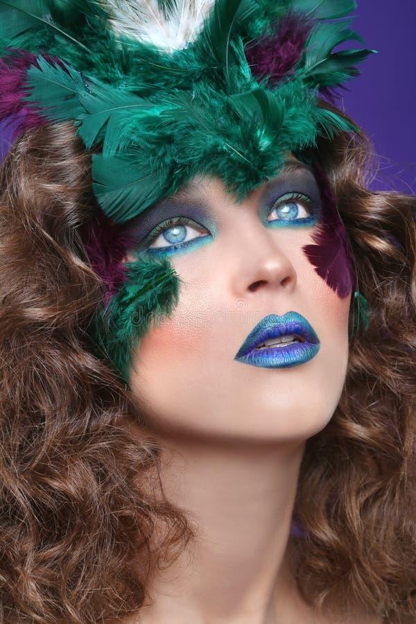 Vrouw die Make-up en Veren in Schoonheids Conceptueel Beeld dragen royalty-vrije stock afbeelding