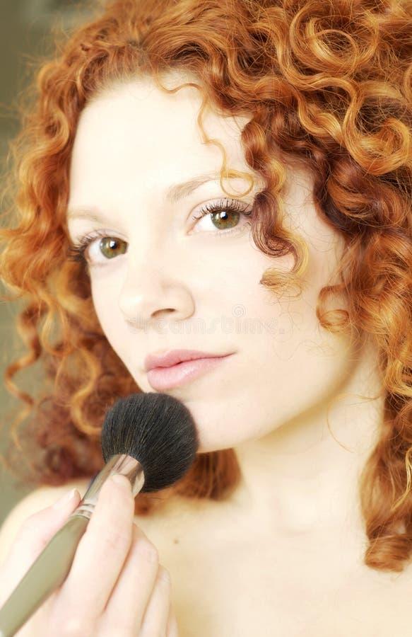Vrouw die Make-up Gedaan krijgt royalty-vrije stock afbeeldingen