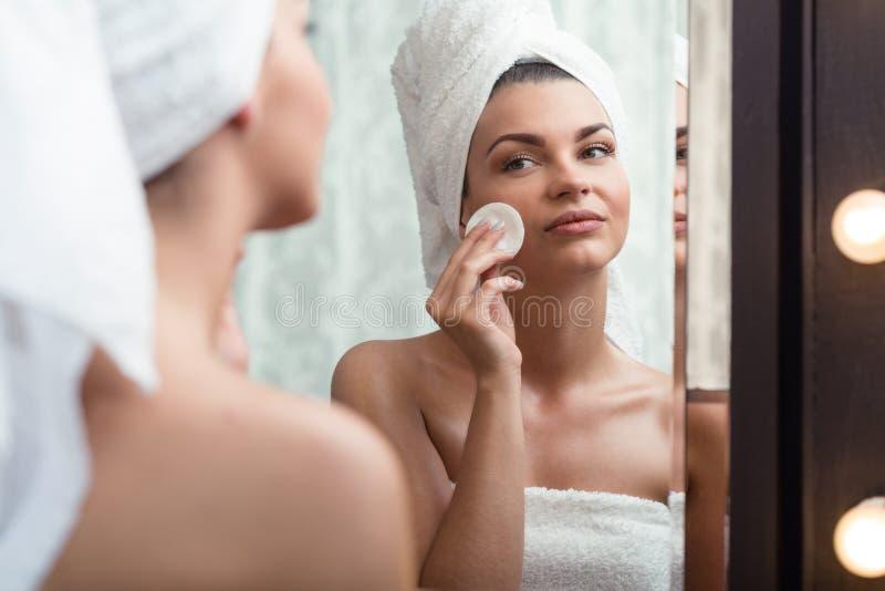 Vrouw die make-up verwijdert stock afbeeldingen