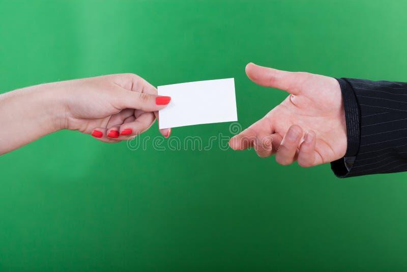 Vrouw die man haar adreskaartje geven stock foto's