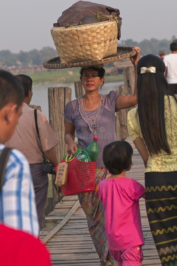 Vrouw die mand op hoofd dragen stock afbeeldingen
