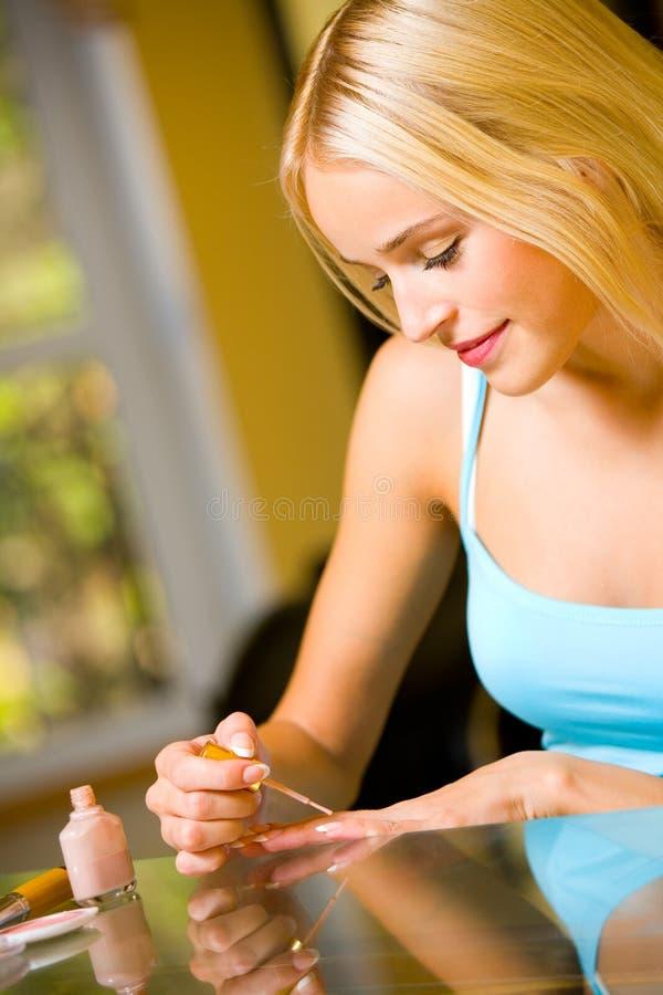 Vrouw die manicure maakt stock afbeeldingen