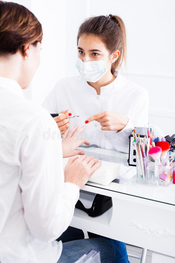Vrouw die manicure in schellaktechniek doen stock foto's