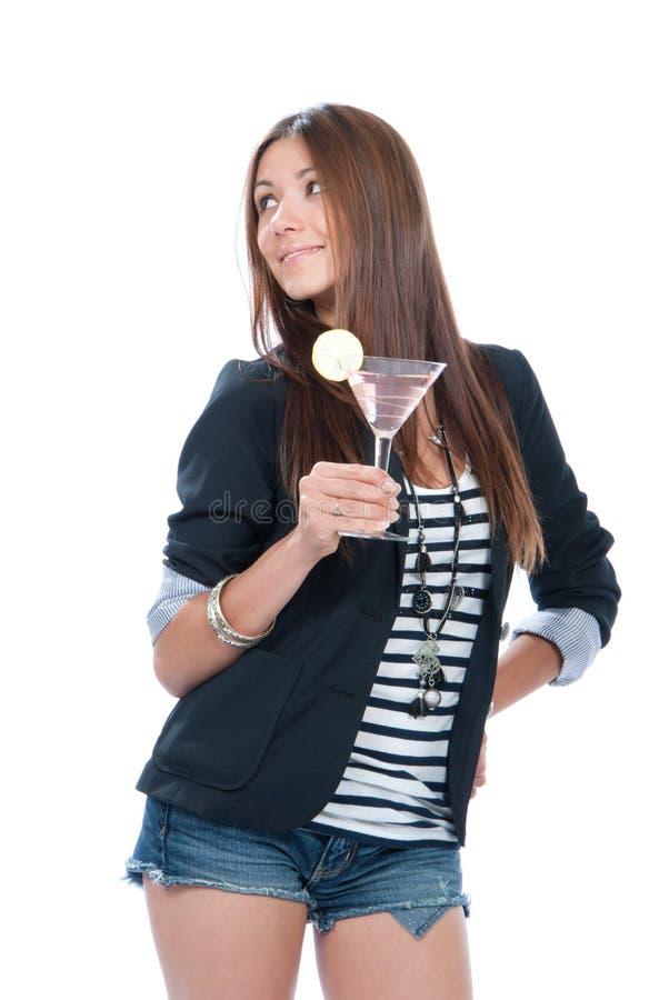 Vrouw die martini cocktail drinkt stock afbeelding